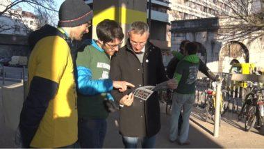 Philippe Cardin, candidat à Meylan en plein échange avec les militants. © Joël Kermabon - Place Gre'net