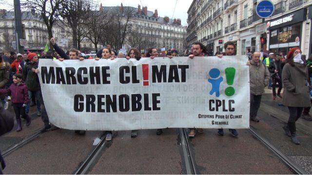 Une marche organisée à l'appel du collectif Citoyens pour le clilat. © Joël Kermabon - Place Gre'net