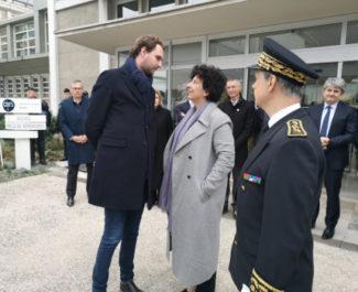 Frédérique Vidal dialogue avec son directeur de cabinet. © Joël Kermabon - Place Gre'net