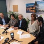 Alain Carignon entouré de membres de la Société civile et des citoyens lors de la présentation des propositions pour la démocratie locale. © Joël Kermabon - Place Gre'net