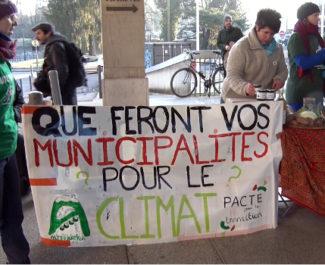 Des militants d'Alternatiba interpellent élus et candidats aux municipale devant le siège de la Métropole. © Joël Kermabon - Place Gre'net