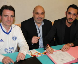 Eric Piolle, maire de Grenoble, Waleb Kismoune, vice-président du Football club Allobroges Asafia et Mohamed Djerbi, président de la Licra Grenoble Isère lors de la signature de la charte contre l'homophobie. © FC2A