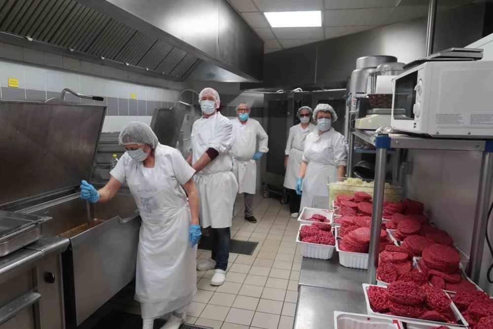 Banque alimentaire de l'Isère : dernier recours avant la faim. L'équipe de la BAI en cuisine © Banque Alimentaire de l'Isère