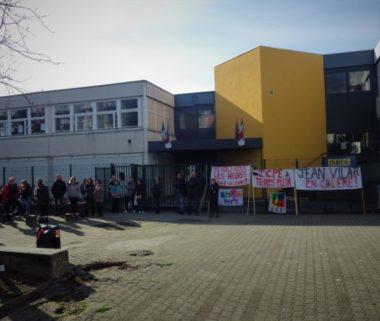 Les enseignants et parents d'élèves étaient rassemblés devant l'entrée du collège. © Thomas Courtade - Place Gre'net