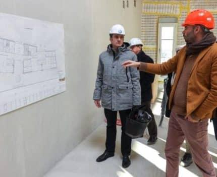 Le maire de Grenoble Eric Piolle annonce l'arrêt de tous les chantiers portés par la ville pour éviter la propagation de l'épidémie de covid-19.