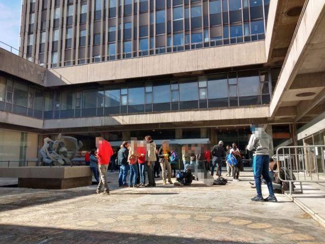 """Les jeunes majeurs étrangers et leurs soutiens """"investissaient"""" l'Hôtel de Ville de Grenoble lundi 16 mars pour demander des solutions de logement. © Grenoble en lutte - Facebook"""