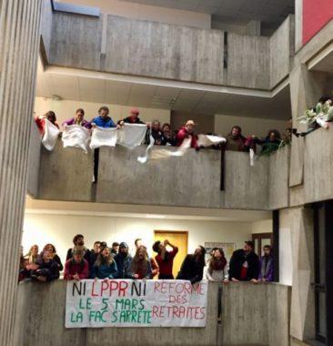 Les enseignants-chercheurs ont rendu leurs tabliers dans les bureaux de la Présidence de l'UGA, lors de la mobilisation contre la LPPR, jeudi 5 mars 2020 © Ambre Croset