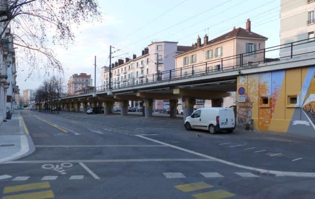 Pas d'étals mardi 24 mars sous le pont de l'Estacade à Grenoble : les marchés sont désormais interdits jusqu'à nouvel ordre. © Florent Mathieu - Place Gre'net