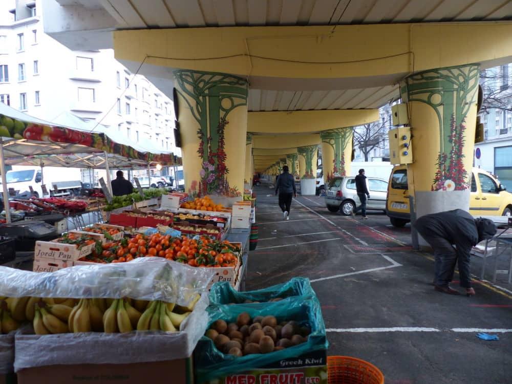 Sur le marché de l'Estacade, l'incompréhension prédomine. La règle : un espace de 5 mètres entre chaque étal © Florent Mathieu - Place Gre'net
