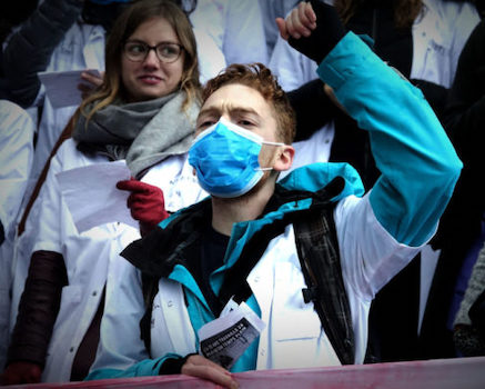 épidémie de Covid-19 : le CHU Grenoble Alpes se dit (toujours) prêt. Alors que la Région débloque un fonds d'urgence, le CHU de Grenoble émet un document pour confectionner son propre masque en tissu. © Raphaëlle Denis - Place Gre'net