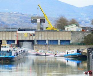 Une quarantaine d'habitants vont devoir être évacués dans le nord Isère après l'accident d'une péniche à la sortie de l'écluse de Sablons sur le Rhône.