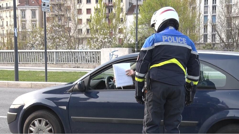 Tensions dans les quartiers sensibles de Grenoble et Échirolles, mais le business continue.Les usagers doivent montrer leur attestation aux forces de l'ordre. © Joël Kermabon - Place Gre'net