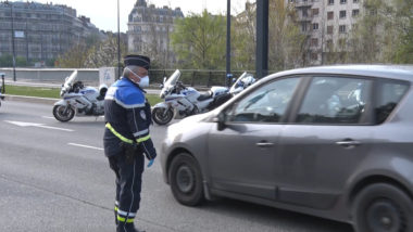 Les fonctionnaires sont dotés de masques et respectent les gestes barrière. © Joël Kermabon - Place Gre'net