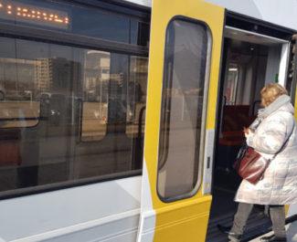 Pour faire face à la baisse du trafic, les bus et tram avaient à Grenoble réduit leur offre et leur amplitude horaire. Zappant certains usagers.