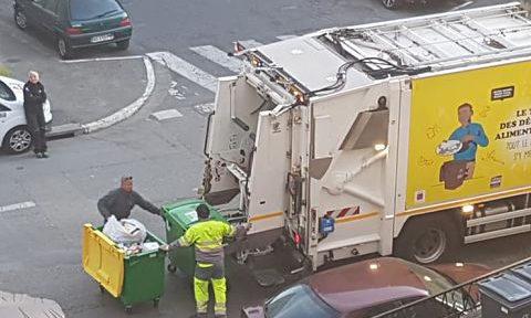 Camion de tri de déchets, circulant à Grenoble, fin mars 2020, pendant l'épidémie de coronavirus © Séverine Cattiaux - Place Gre'net