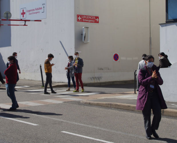 Devant les urgences du CHU de Grenoble, 18 mars 2020. © Anissa Duport-Levanti - Place Gre'net
