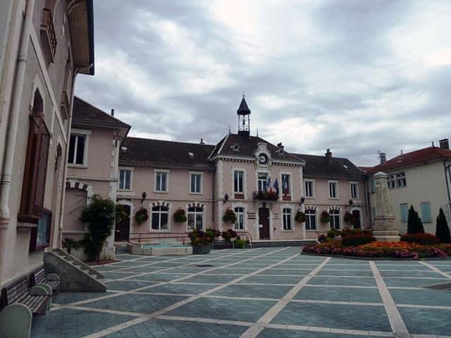 Place de l'Hôtel de Ville de Vif © Communes.com