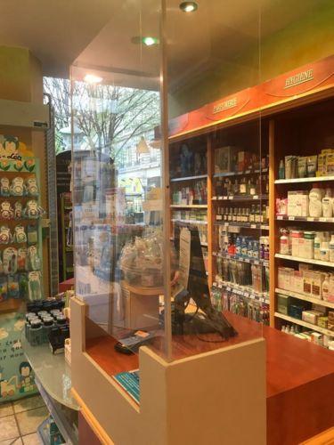 Un comptoir de pharmacie équipé d'une protection en plexiglas © Région Auvergne-Rhône-Alpes