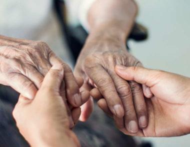 Personnes âgées et leurs aides à domicile : les oubliés
