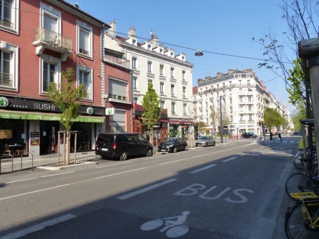 L'avenue Félix-Viallet de Grenoble et ses commerces fermés en période de confinement © Florent Mathieu - Place Gre'net