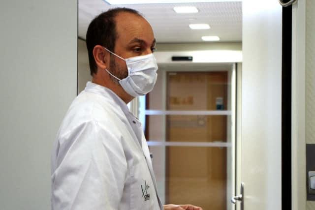 Le Dr Olivier Épaulard, infectiologue au CHU de Grenoble, supervise les essais cliniques des antiviraux contre le Covid-19. © Anissa Duport-Levanti - Place Gre'net