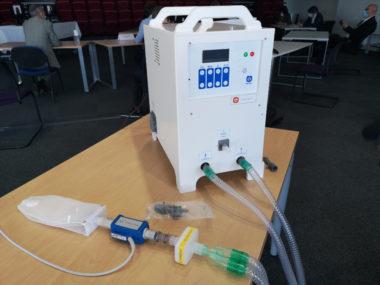 Un respirateur à bas coût fabriqué par le CEA de Grenoble. L'un des prototype de respirateur MakAir présenté au CEA. © Joël Kermabon - Place Gre'net