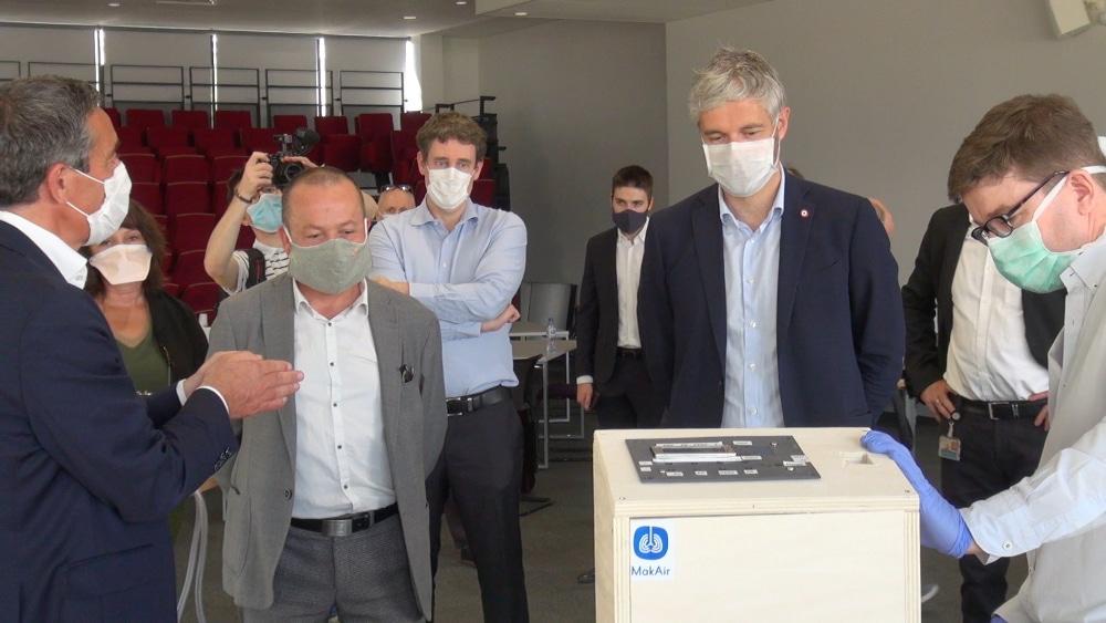 Yannick Neuder et laurent Wauquiez (masqués) lors d'une visite au CEA-Leti. © Joël Kermabon - Place Gre'net