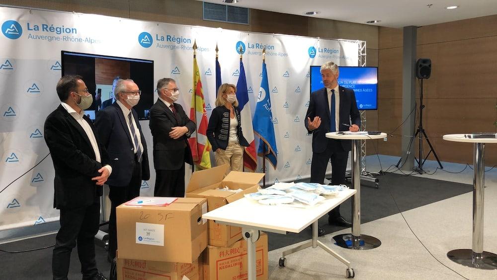 Laurent Wauquiez lors de la présentation de la distribution annoncée de masques par la Région. DR