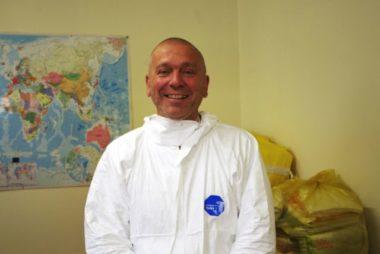 Bernard Thoniel est agent d'accueil aux douches municipales de Grenoble depuis 14 ans. Ici, il connaît tout le monde. © Anissa Duport-Levanti - Place Grenet