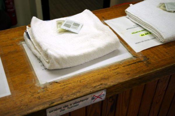 """Les """"kits de toilettes"""" fournis par la Ville de Grenoble sont distribués à chaque personne utilisant les douches. © Anissa Duport-Levanti - Place Grenet"""