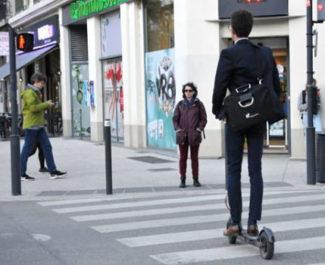 COUV Jeune homme à trottinette qui attend au passage piéton, à Grenoble. © Muriel Beaudoing - placegrenet.fr