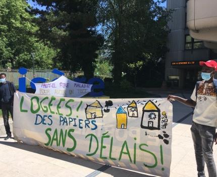 Action de jeunes majeurs étrangers devant l'Hôtel du département de l'Isère.© Droit au logement de l'Isère.