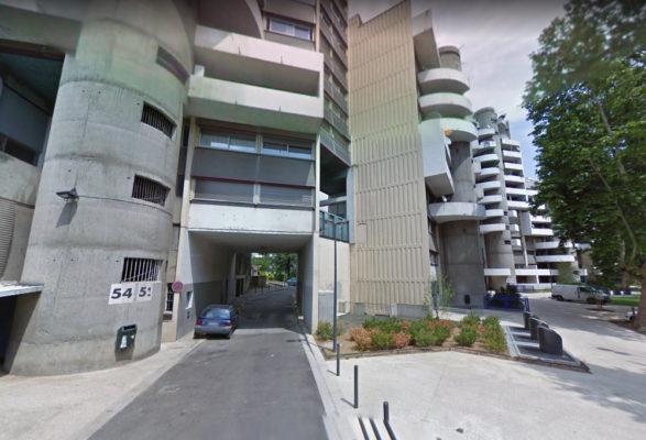 Grenoble : un homme meurt après une chute de 13 étages. L'entrée du 54 avenue de Constantine où s'est déroulée la chute mortelle. DR