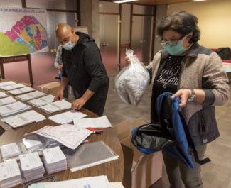 Les masques promis par milliers arrivent toujours au compte-gouttes dans l'agglomération grenobloise. Entre tentative de coordination, système D et réseaux.