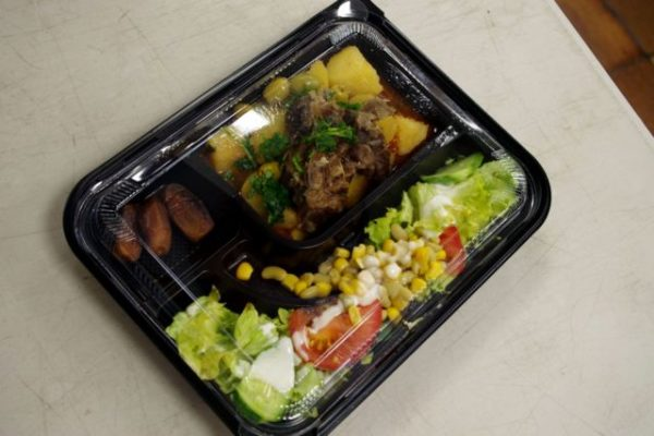 Le repas chaud du mardi 5 mai : salade composée, tajine d'agneau aux olives et dattes. © Anissa Duport-Levanti - Place Gre'net