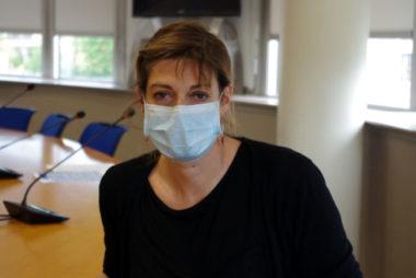 Des tests au Covid-19 sur le parking du CHU de Grenoble.Dr Sylvie Larrat, virologue du CHU de Grenoble. © Anissa Duport-Levanti - Place Gre'net