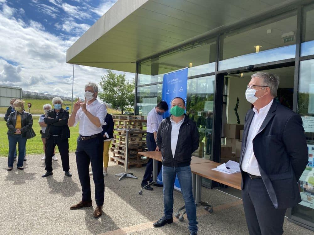Laurent Wauquiez présente les masques de la Région à Saint-Étienne-de-Saint-Geoirs lundi 11 mai © Région Auvergne-Rhône-Alpes