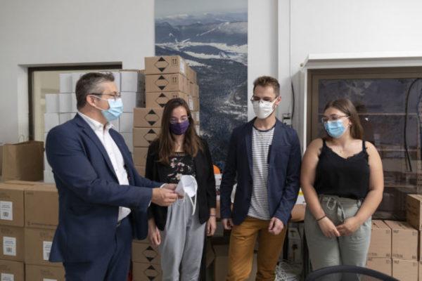 Le président de la Métro, Christophe Ferrari, est venu accompagner la livraison des masques sur place. © Lucas Frangella/Grenoble Alpes Métropole