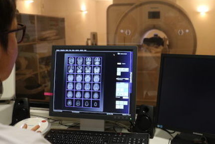 Obligés de limiter voire suspendre leur activité, les radiologues dénoncent leur mise à l'écart par les tutelles dans la gestion de la crise sanitaire.