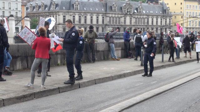 L'état d'urgence sanitaire, source d'inquiétude. Contrôle de police lors d'une manifestation interdite lors du 1er mai 2020. © Joël Kermabon - Place Gre'net
