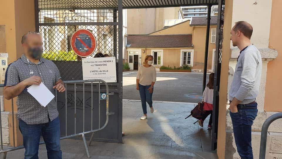 Rentrée des élèves à l'école Menon, abords piétonisés, mardi 19 mai © Séverine Cattiaux - Place Gre'net
