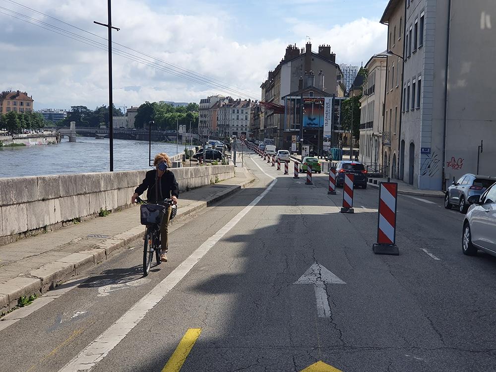 Le premier tronçon d'1,6 km de pistes cyclableq temporaireq situé sur les quais grenoblois entre la place Hubert-Dubedout et le pont de Chartreuse. © Véronique Magnin - Place Gre'net
