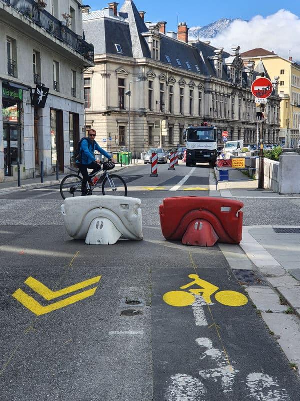 Une signalétique temporaire au so de l'une des premières pistes cyclables. l© Véronique Magnin - Place Gre'net
