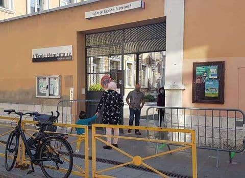 COUV Rentrée des élèves à l'école Menon, abords piétonisés, mardi 19 mai © Séverine Cattiaux - Place Gre'net