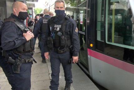 La police nationale à la rescousse de la Sémitag pour la prévention du risque sanitaire.© Joël Kermabon - Place Gre'net