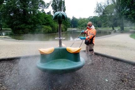 Un agent de la propreté urbaine utilise un masque Ocov lors de la désinfection d'une aire de jeu. © Ville de Grenoble