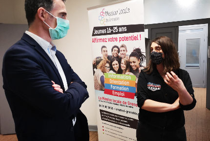 Éric Piolle, le maire de Grenoble en conversation avec Catherine Belijar-Amadieu, la directrice de la Mission locale de Grenoble. © Joël Kermabon - Place Gre'net