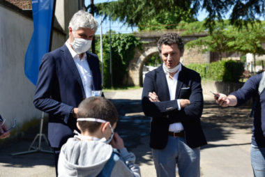 Laurent Wauquiez distribuant des masques aux écoliers à Vienne