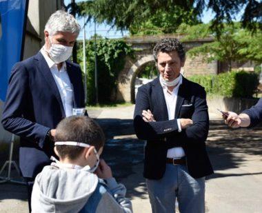 Laurent Wauquiez lors d'une opération de distribution de masques aux écoliers, à Vienne. DR