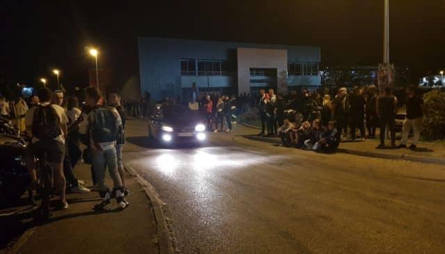 Les rodéos urbains à l'Espace Comboire rassemblent un public nombreux chaque vendredi soir. © Ahmed Lahcine